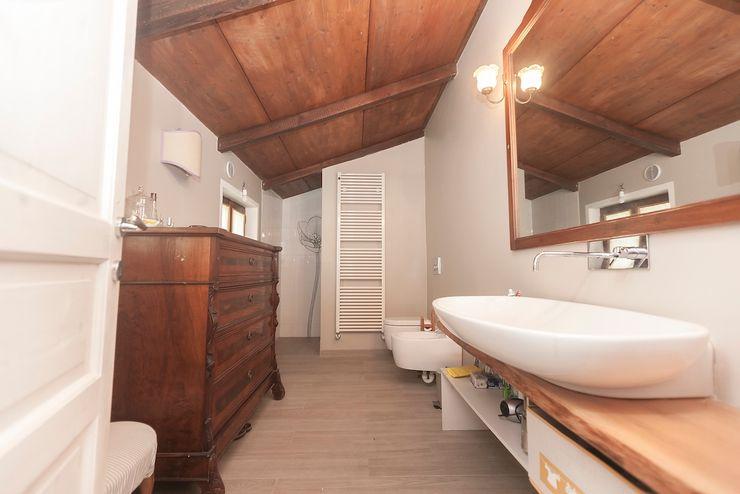 Casa di campagna Cambio Stanza di mara bernardi Bagno in stile rustico