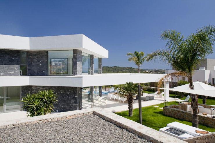 Parte trastera con acabado de marmol negro en la fachada. Miralbo Urbana S.L. Casas de estilo moderno Mármol