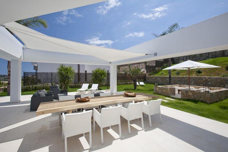 Terraza cubierta con velas Miralbo Urbana S.L. Balcones y terrazas de estilo moderno