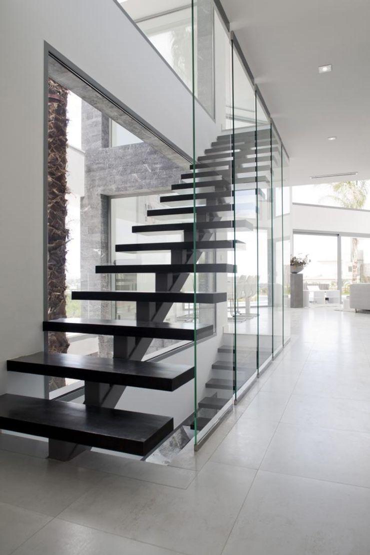 Escalera de metal con terminacion a microcemento Miralbo Urbana S.L. Pasillos, vestíbulos y escaleras de estilo moderno