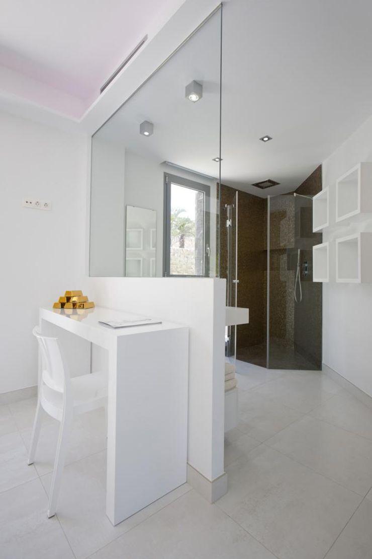 Baño semiabierto Miralbo Urbana S.L. Baños de estilo moderno