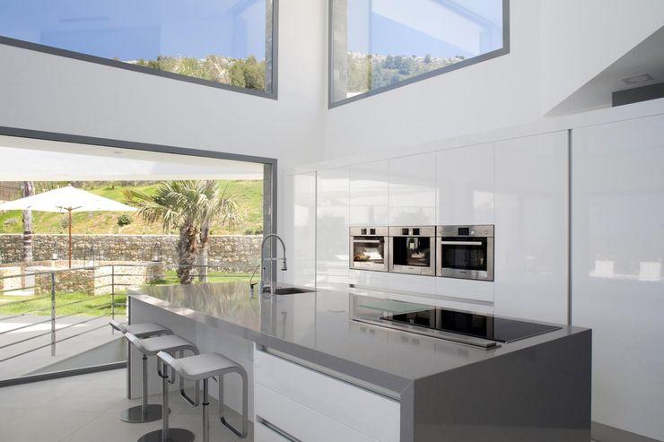Cocina integrada en el salon Miralbo Urbana S.L. Cocinas de estilo moderno