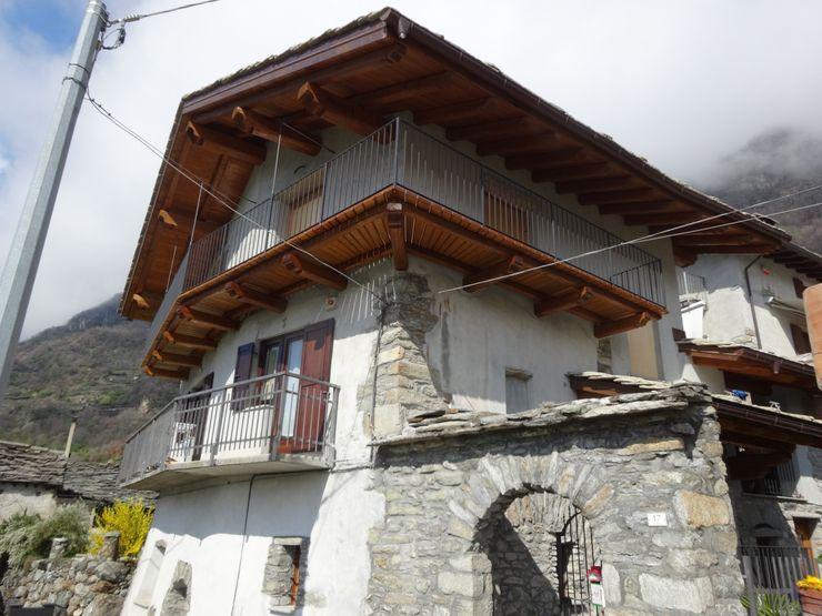 balcone in legno di castagno Mobili Pellerej di Pellerej Massimo Case in stile rustico Legno massello Effetto legno