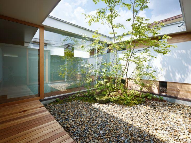 藤原・室 建築設計事務所 Jardines de estilo moderno Blanco