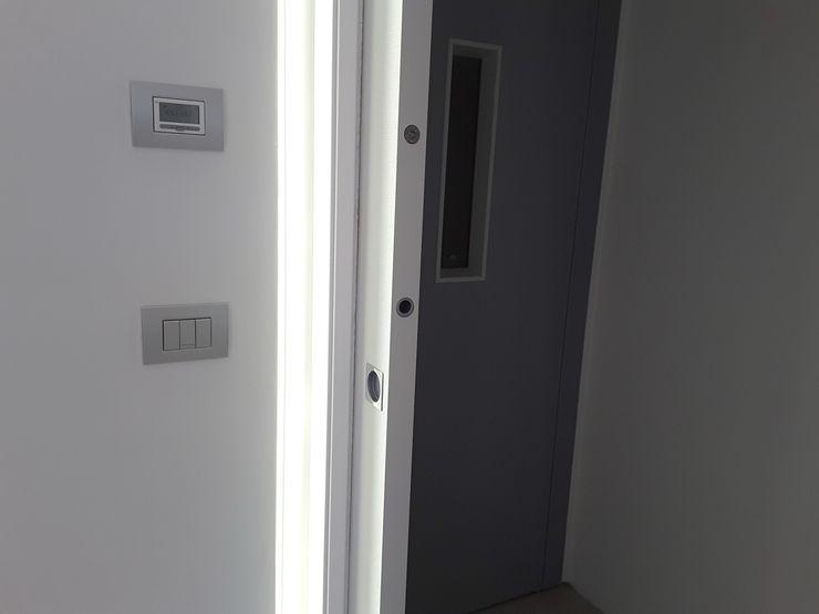 Casa Savada ArchitetturaTerapia® Ingresso, Corridoio & Scale in stile moderno Bianco