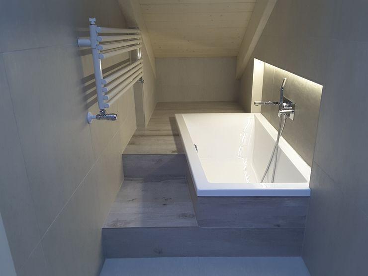 Casa Savada ArchitetturaTerapia® Bagno moderno Piastrelle Grigio