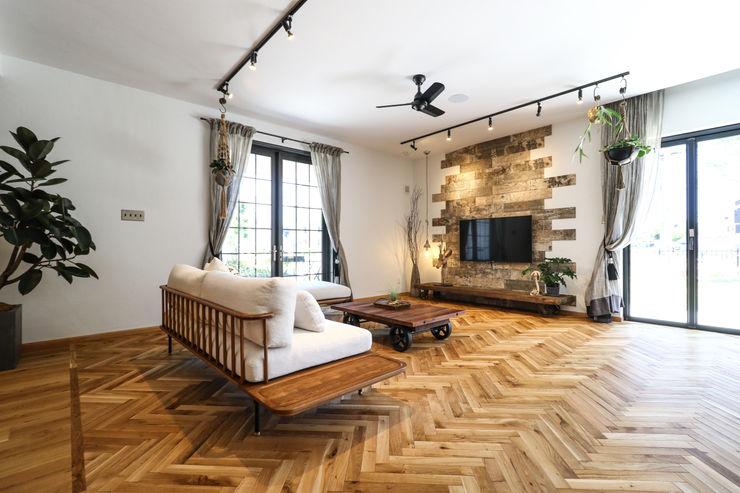 ジャストの家 Salones rústicos de estilo rústico Madera Acabado en madera