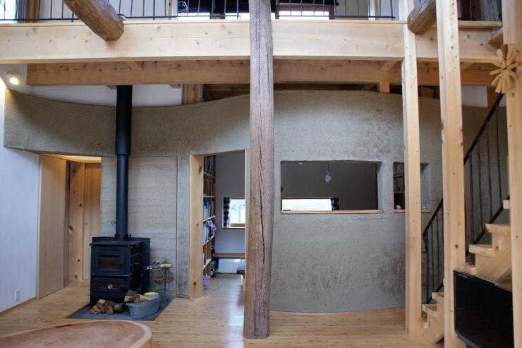 みらいのいえ 遠野未来建築事務所 / Tono Mirai architects オリジナルデザインの リビング 無垢材 ブラウン