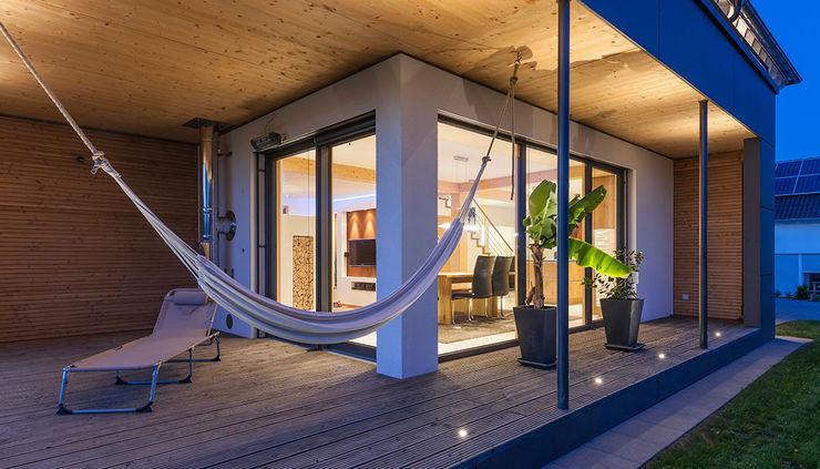 KitzlingerHaus GmbH & Co. KG Modern Terrace Engineered Wood