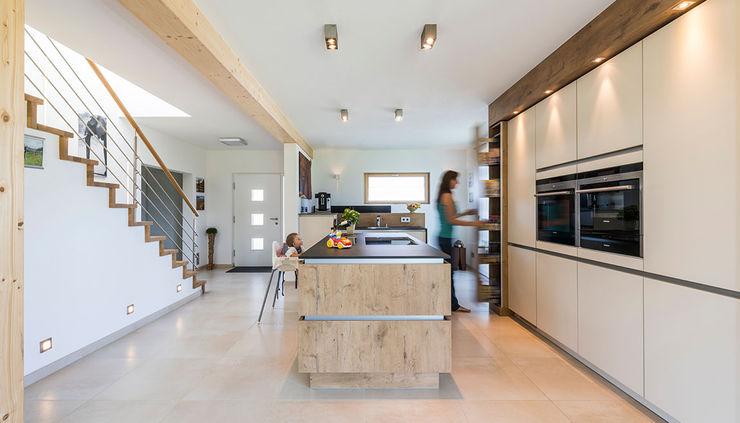 KitzlingerHaus GmbH & Co. KG Modern Kitchen Beige