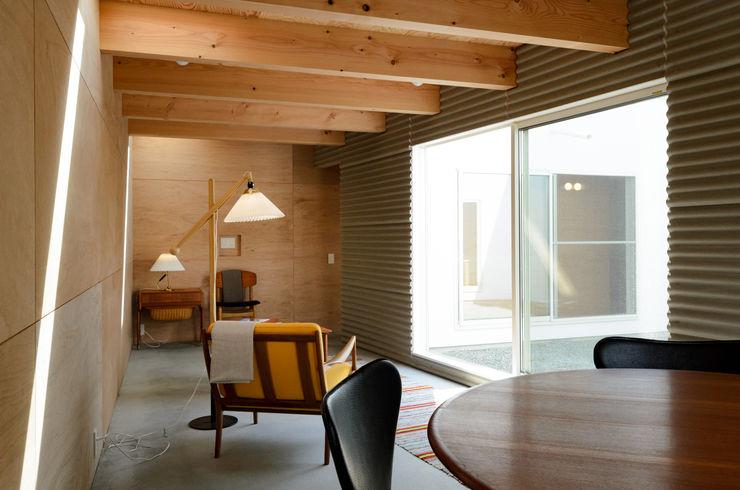 ドーナッツの家 風景のある家.LLC インダストリアルデザインの リビング 合板(ベニヤ板) 木目調