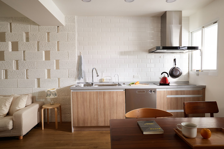 簡潔俐落的廚房滿足一家三口四隻貓的使用需求 弘悅國際室內裝修有限公司 現代廚房設計點子、靈感&圖片 OSB Wood effect