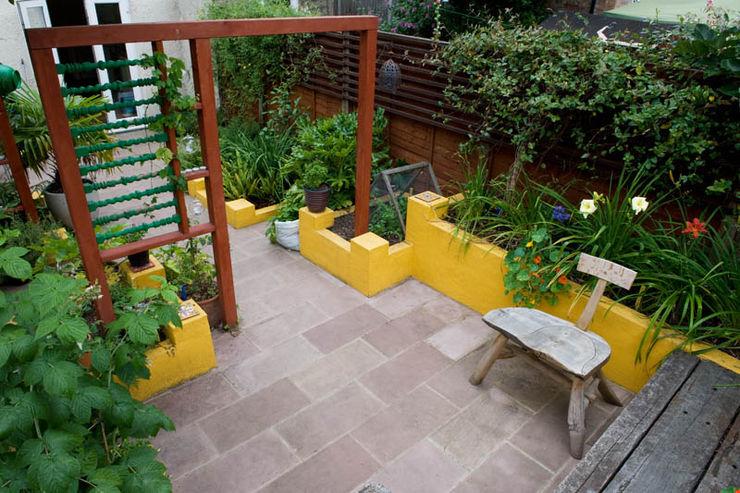 Raised planters and sandstone patio Earth Designs Mediterrane tuinen