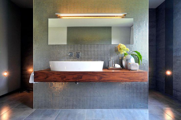 büro13 architekten Modern Bathroom Tiles Multicolored