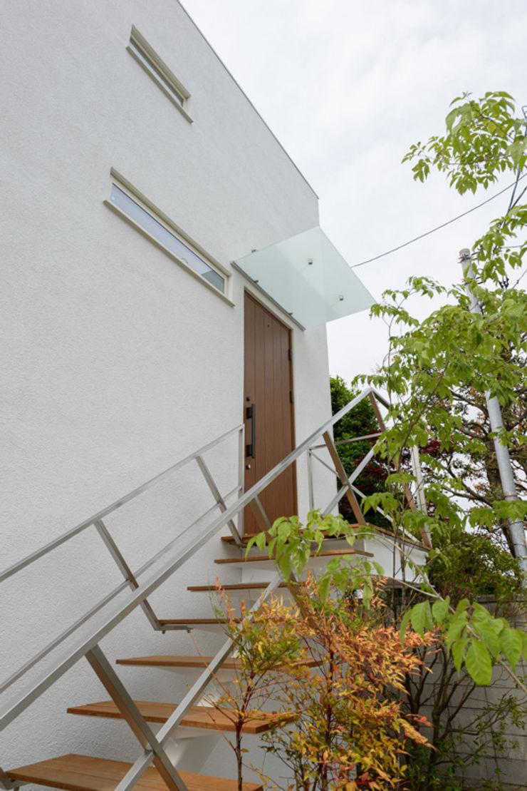 H2O設計室 ( H2O Architectural design office ) Modern Corridor, Hallway and Staircase Iron/Steel White