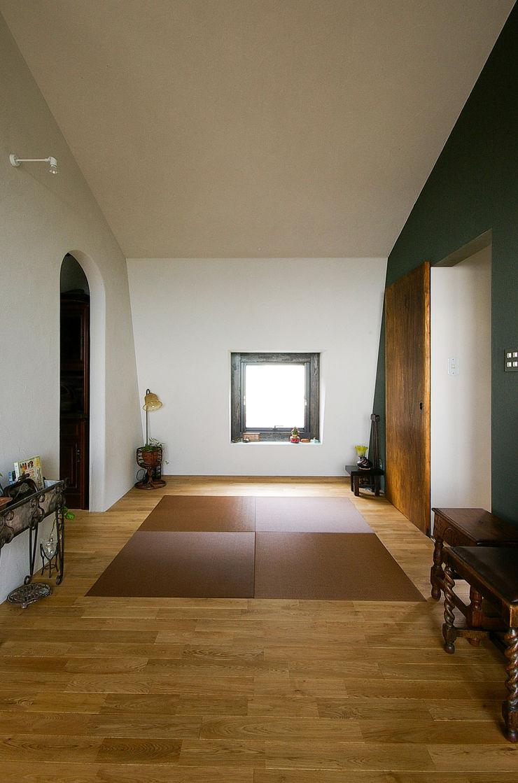 一級建築士事務所アールタイプ Salas multimídia modernas Madeira Castanho
