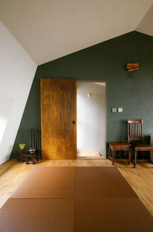 一級建築士事務所アールタイプ Portas e janelas modernas Madeira Castanho