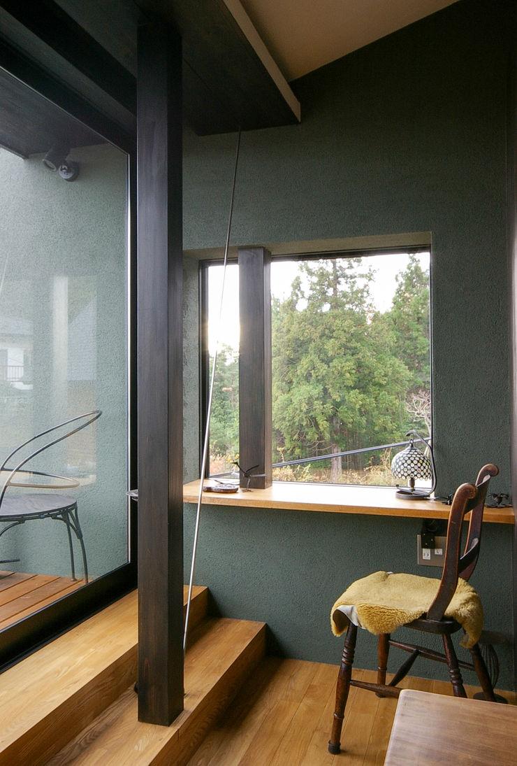 一級建築士事務所アールタイプ Escritórios modernos Madeira Castanho