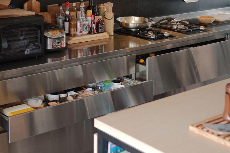 直方設計有限公司 Scandinavian style kitchen Metal Metallic/Silver