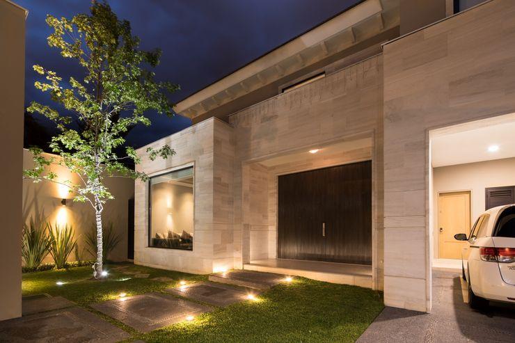 FACHADA PRINCIPAL Rousseau Arquitectos Casas modernas