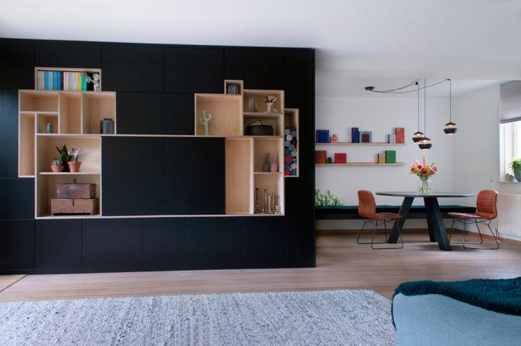 huiskamer met grote zwarte kast IJzersterk interieurontwerp Moderne woonkamers Zwart