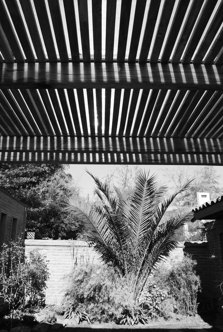 RENOarq Rustic style balcony, porch & terrace