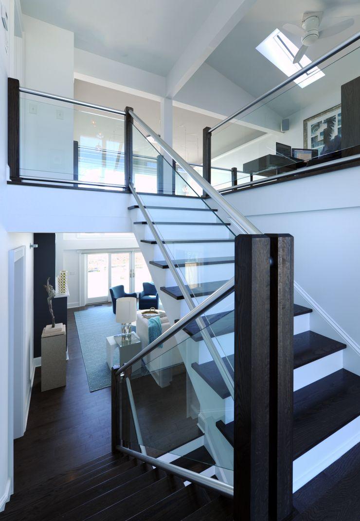 Olamar Interiors, LLC Pasillos, vestíbulos y escaleras de estilo moderno Madera Blanco