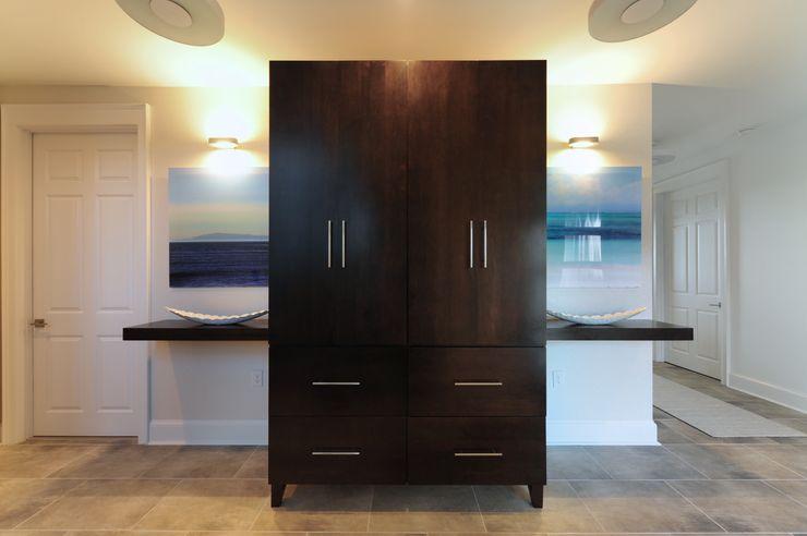 Olamar Interiors, LLC Pasillos, vestíbulos y escaleras de estilo moderno Blanco