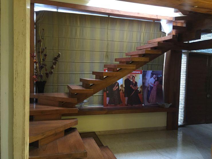 Vinyaasa Architecture & Design Vestíbulos, pasillos y escalerasEscaleras Madera Marrón