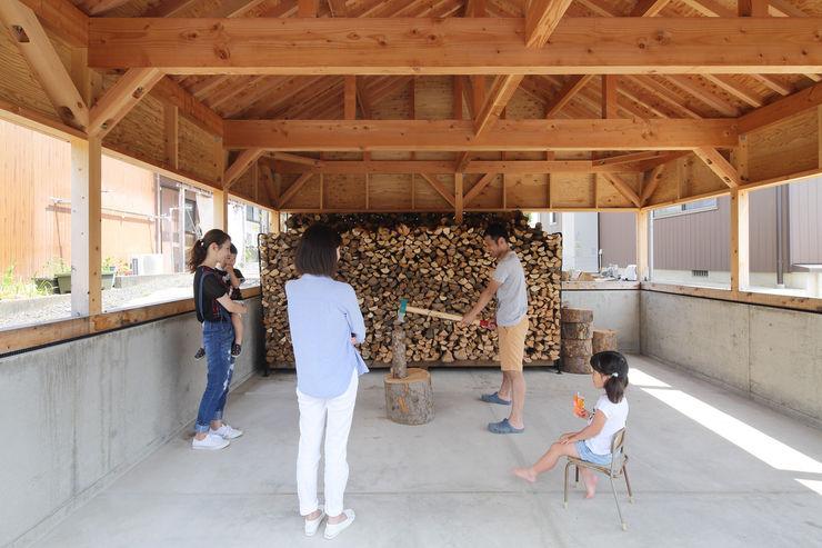 田中町の家 / House in tanaka-cyo アトリエセッテン一級建築士事務所 オリジナルデザインの ガレージ・物置 無垢材 木目調