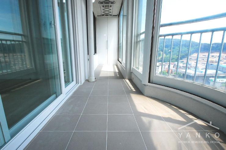 얀코인테리어 Modern style balcony, porch & terrace