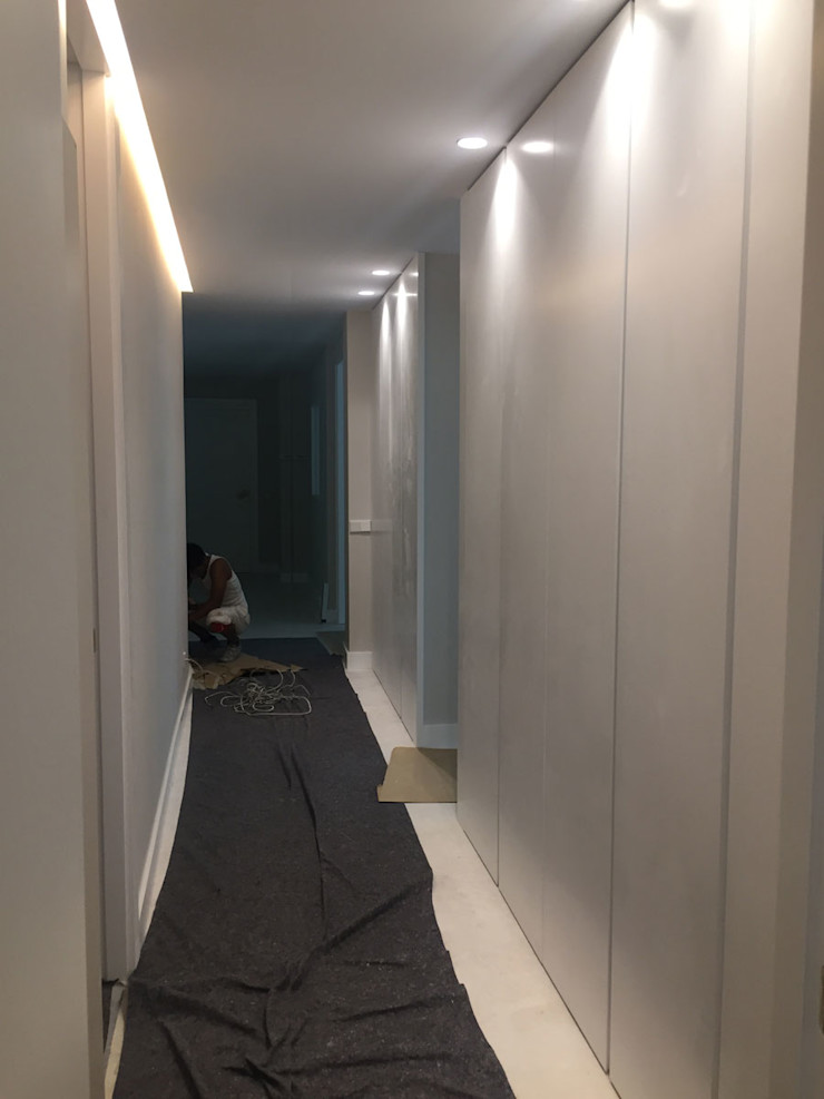 DISIGHT Pasillos, vestíbulos y escaleras modernos