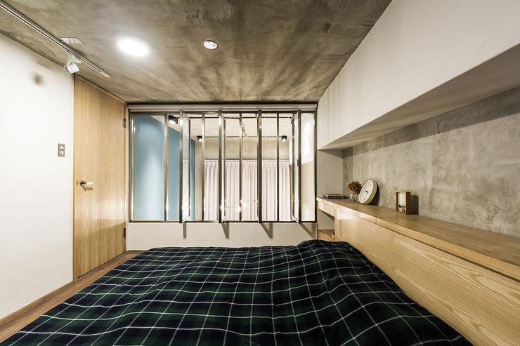 Z+SQUARE DESIGN / 正工設計 Camera da letto in stile asiatico