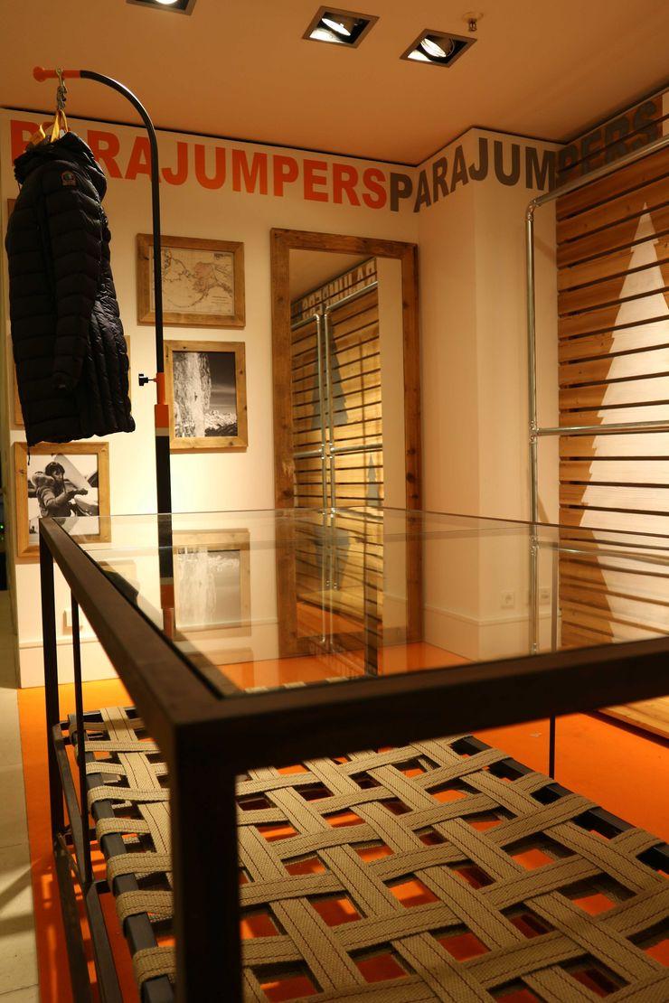 Progettazione e realizzazione showroom RI-NOVO Negozi & Locali commerciali in stile rustico Legno Marrone