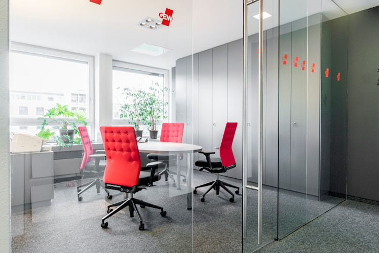 Kleiner Besprechungsraum im 1. OG mit Ganzglasabtrennung zum Flur Ohlde Interior Design Moderne Bürogebäude Glas Weiß