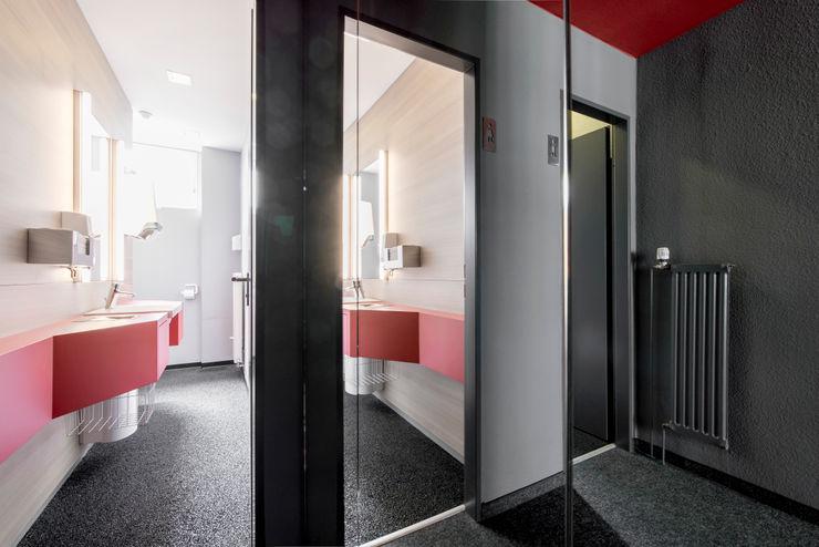 Blick in ein WC Ohlde Interior Design Moderne Bürogebäude MDF Weiß