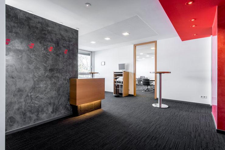 Empfangsbereich im Seminarbereich des 3. OG Ohlde Interior Design Moderne Bürogebäude Holz-Kunststoff-Verbund Schwarz