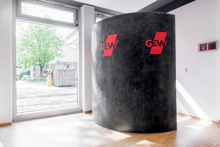 Detail des Kellerabgangs im Seminarbereich EG Ohlde Interior Design Moderne Bürogebäude Stein Weiß