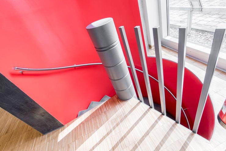Kellertreppe zum Raucherraum Ohlde Interior Design Moderne Bürogebäude Stein Rot