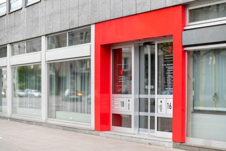 Haupteingang in den typischen Farben Ohlde Interior Design Moderne Bürogebäude Aluminium/Zink Rot