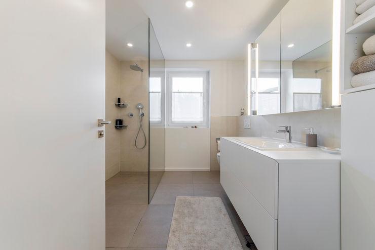 Masterbad mit bodengleicher Dusche nach der Sanierung Ohlde Interior Design Beige
