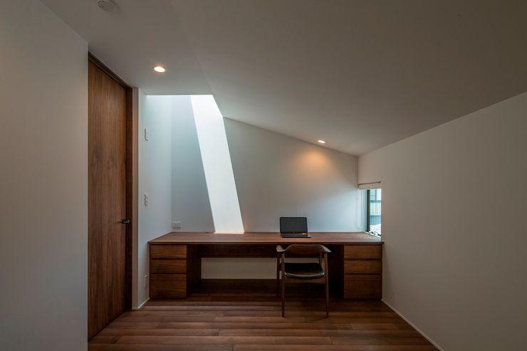 今井賢悟建築設計工房 Modern Study Room and Home Office Solid Wood Brown