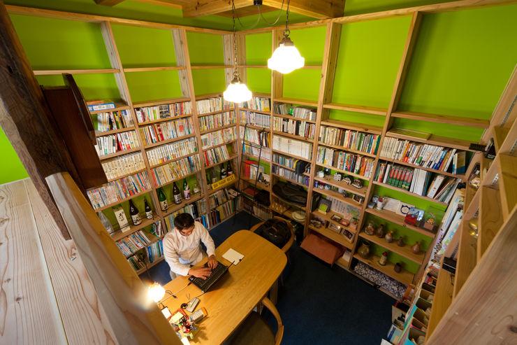 半地下書斎 安藤建築設計工房 モダンデザインの 書斎 木 緑