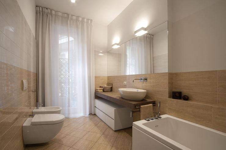 37VM_Ristrutturazione di un appartamento a Como Chantal Forzatti architetto Bagno moderno Ceramica Beige