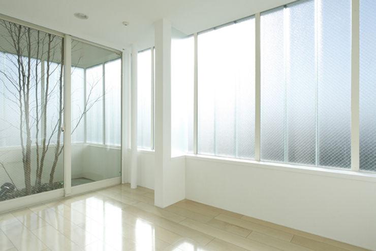 Studio Noa Puertas y ventanas de estilo moderno
