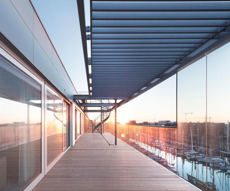Archipelontwerpers Moderner Balkon, Veranda & Terrasse