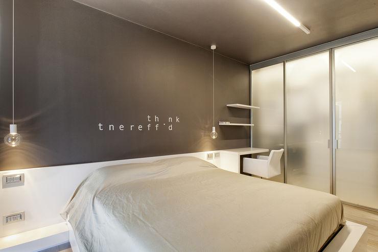 foto camera da letto con parete decorata su disegno Silvana Barbato Camera da letto moderna