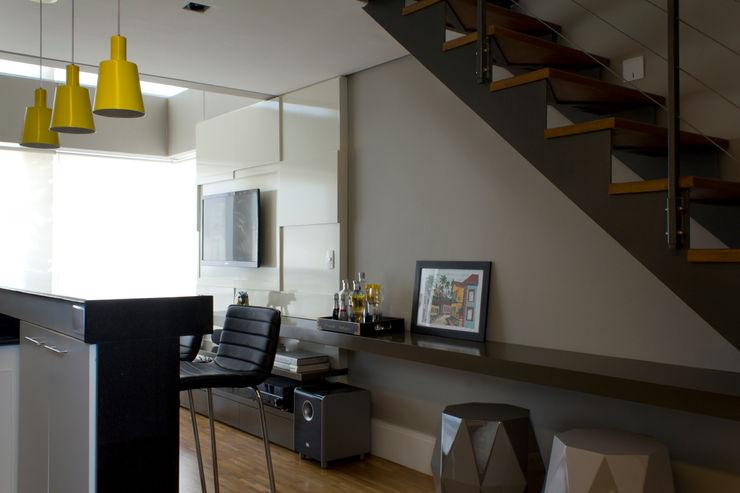 Loft com área social totalmente integradas Semíramis Alice Arquitetura & Design Salas de estar modernas Cinza