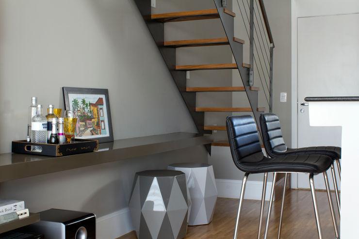 Detalhe Móvel de Apoio e Escada Semíramis Alice Arquitetura & Design Salas de estar modernas