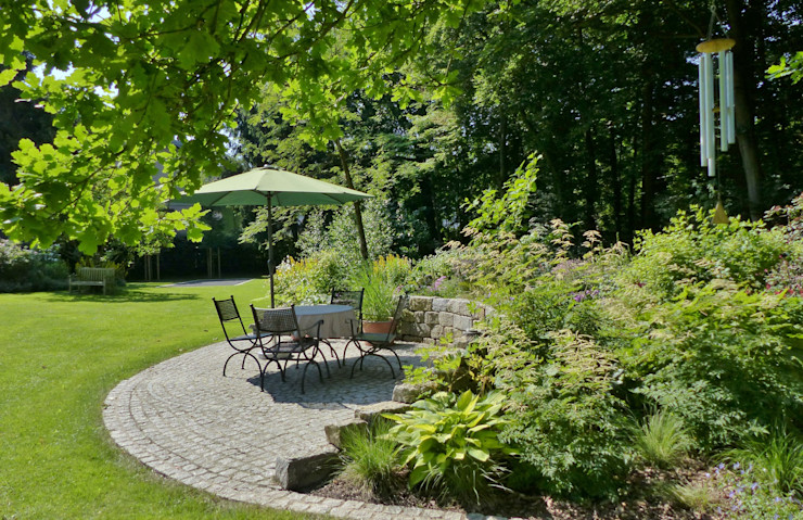 Sitzplatz am Waldbeet KAISER + KAISER - Visionen für Freiräume GbR Garten im Landhausstil